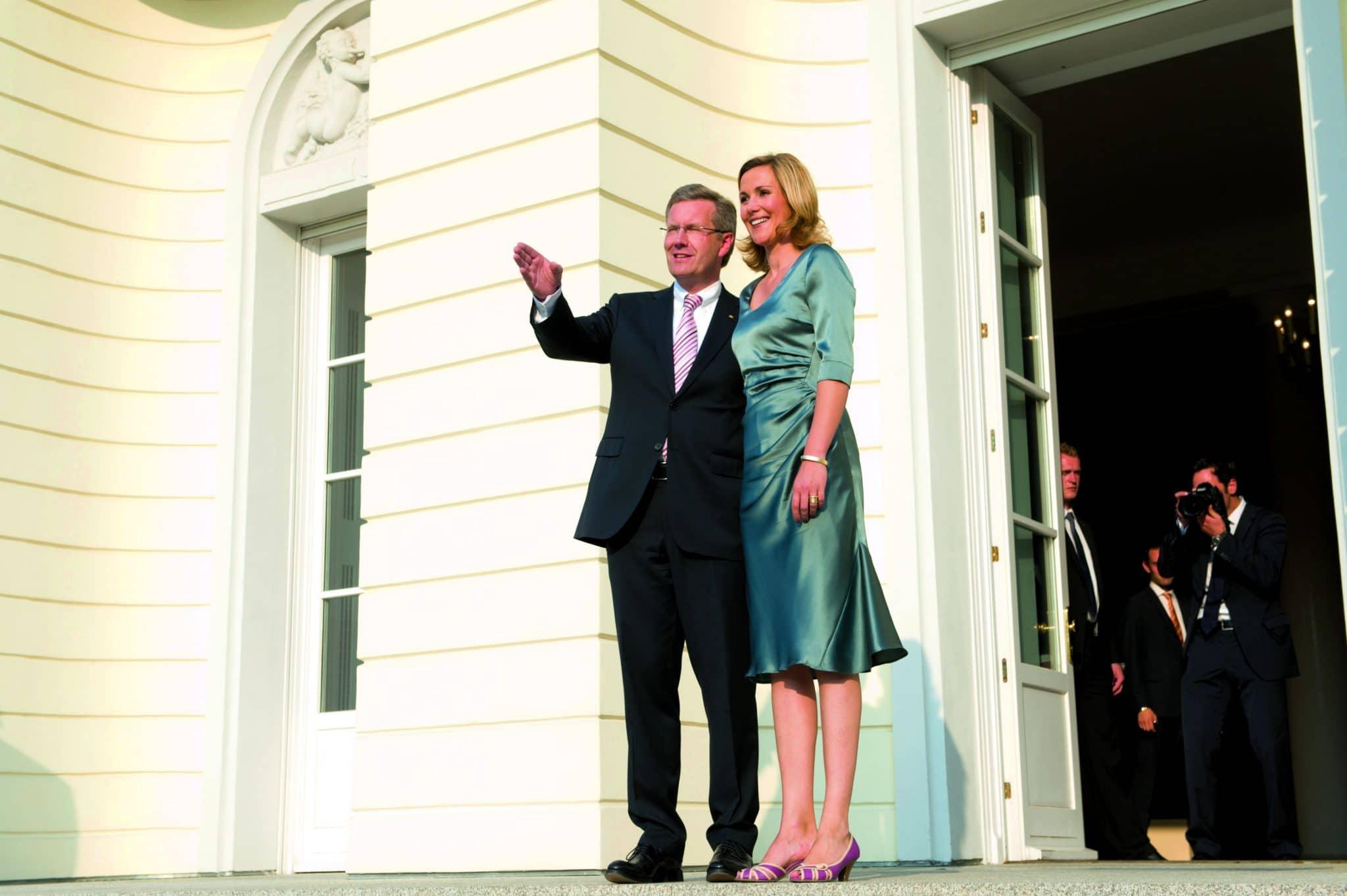 Ein Bild aus glanzvolleren Tagen: Bundespräsident Christian Wulff und Gattin Bettina vor dem Schloss Bellevue. Foto: Marco Urban