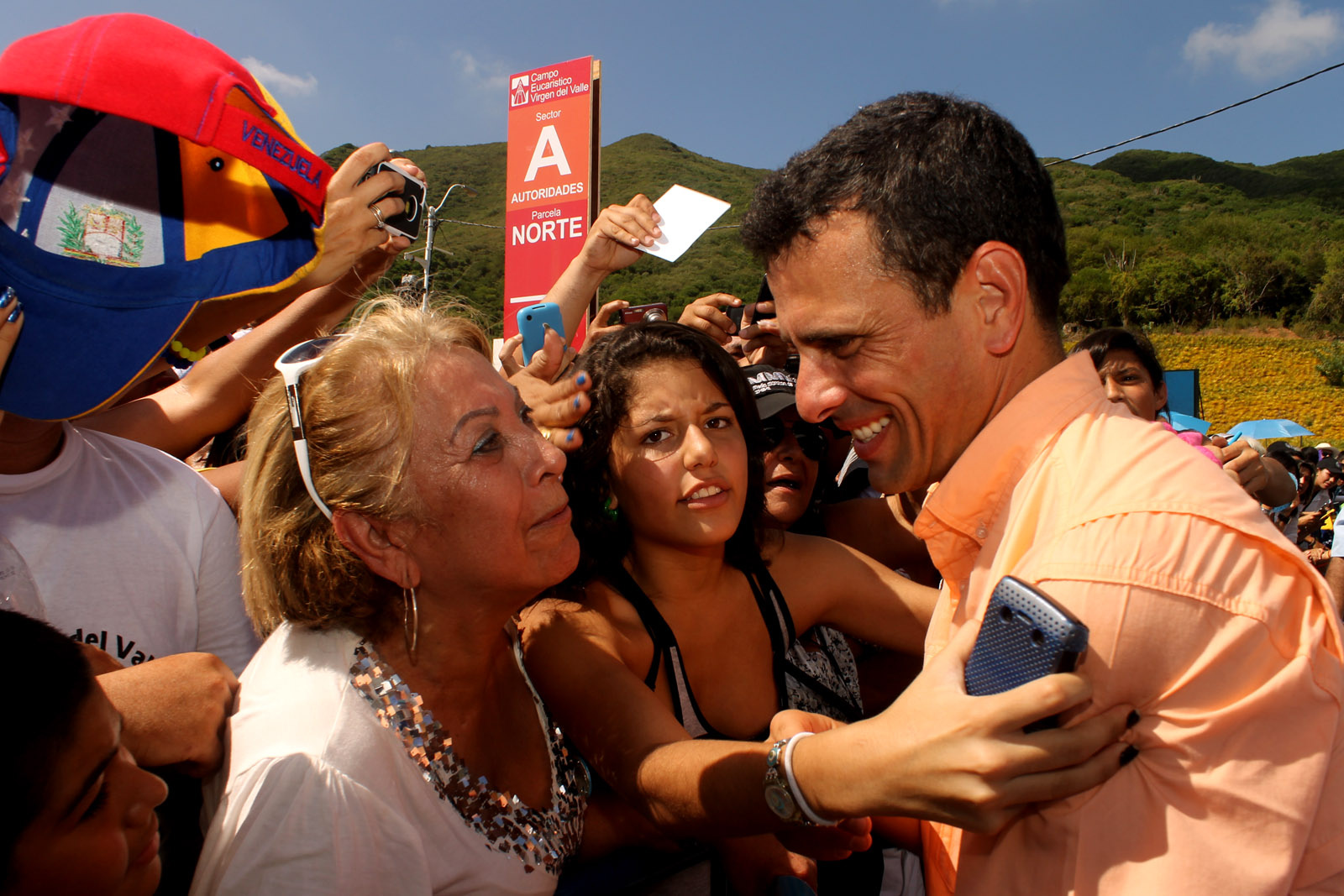"""Henrique Capriles (r.) beim """"canvassing"""": Capriles verfehlte bei der Präsidentschaftswahl in Venezuela nur knapp den Sieg, Foto: flickr.com"""