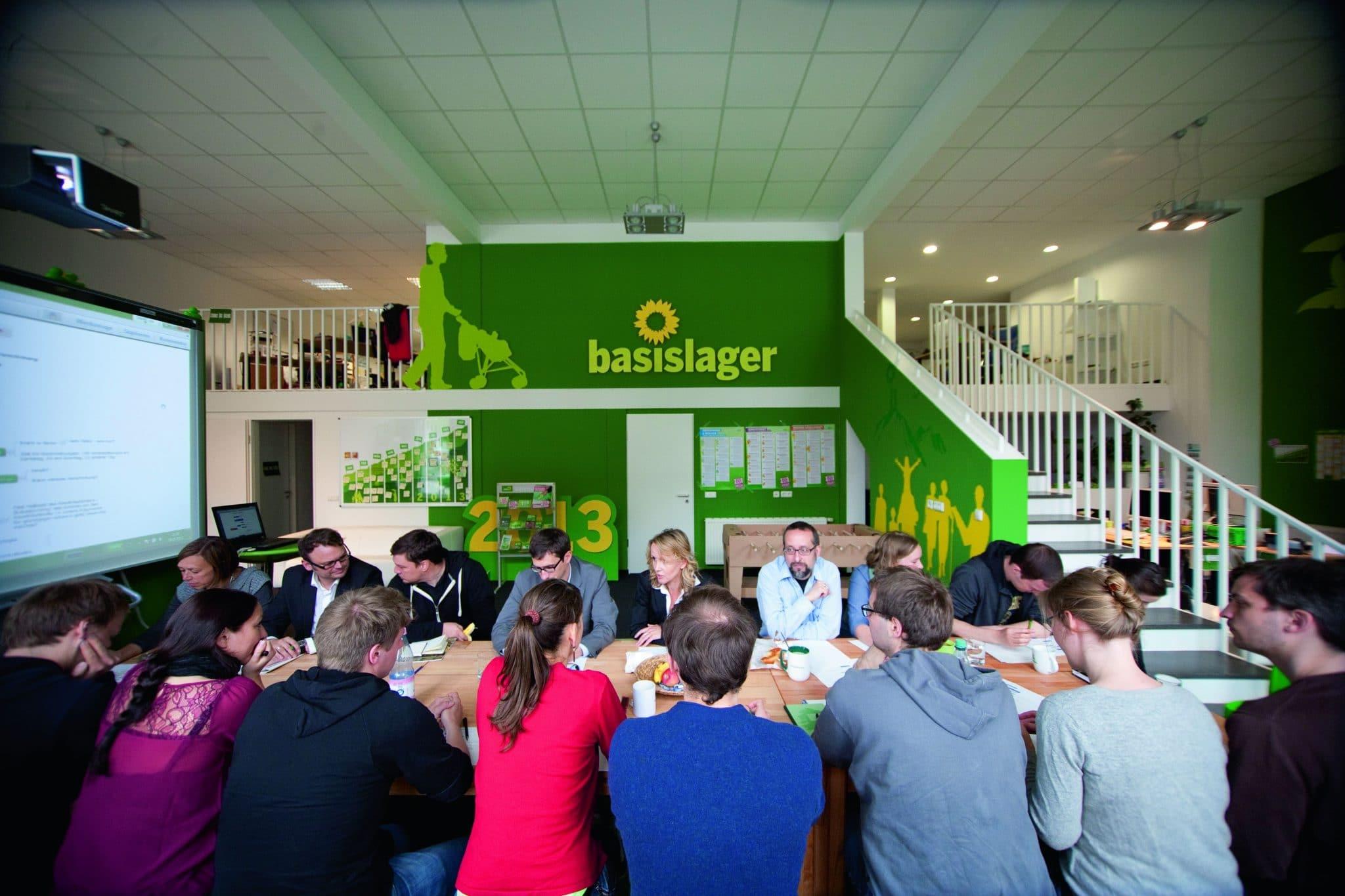 Teamsitzung mit Wahlkampfmanager Robert Heinrich  (4. v. l.). Viele Mitarbeiter sind kaum älter als die grüne Partei selbst. Foto: Stephan Baumann