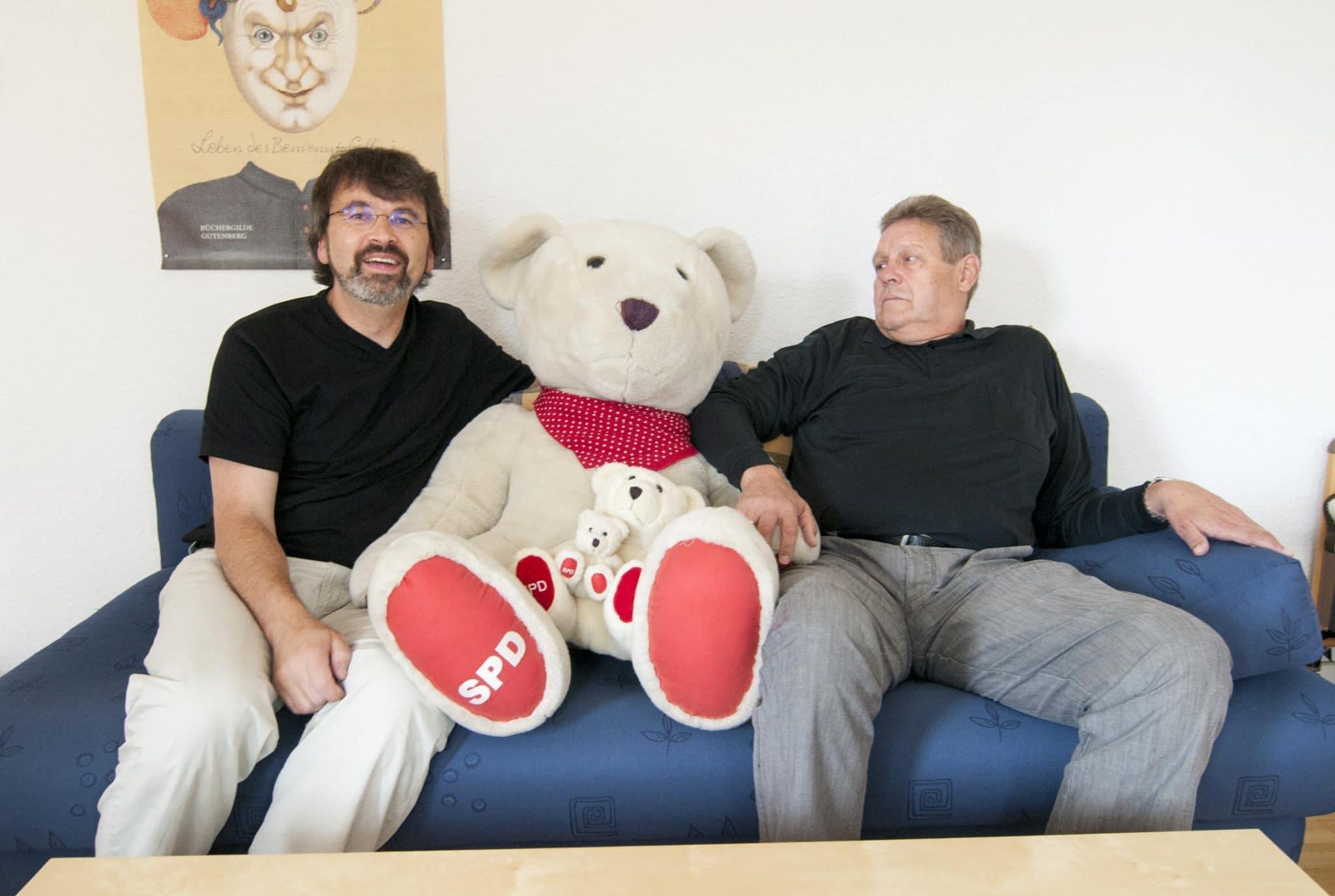 Teilen sich während der Sitzungswochen eine Wohnung: René Röspel (l.) und Willi Brase, Fotos: Laurin Schmid