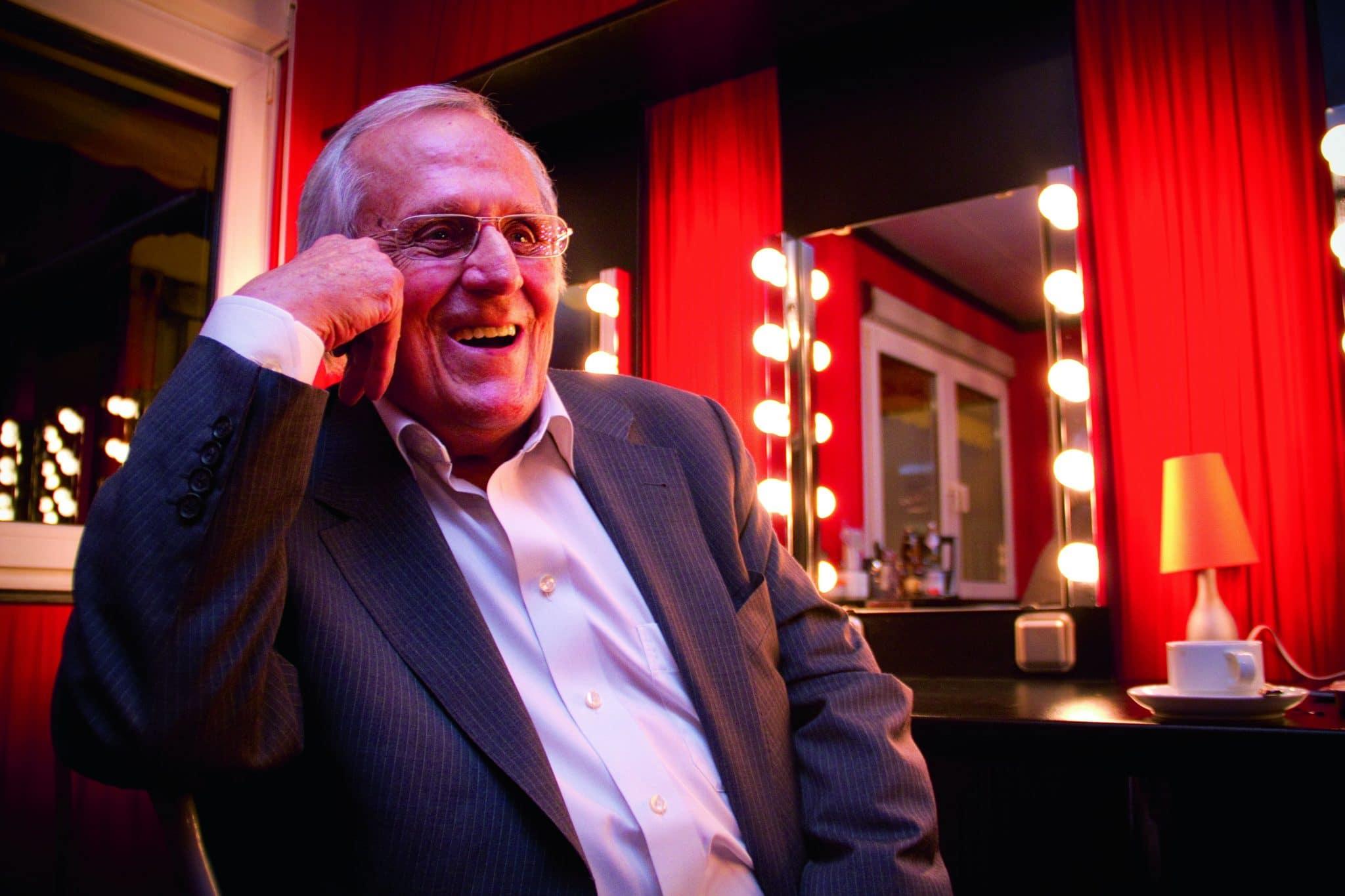 Freut sich darauf, mit dem Störsender die Politik zu piesacken: Dieter Hildebrandt vor einem Auftritt im Tipi am Kanzleramt, Foto: Stephan Baumann