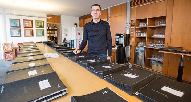 Christian Majewski in der Papierkneipe des Haushaltsausschusses. Nach langen Sitzungen geht es hier gemütlich zu. Foto: Laurin Schmid