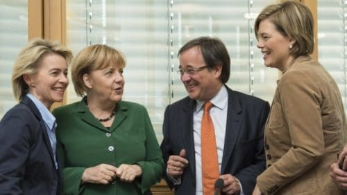 Umringt von mächtigen Frauen: NRW-CDU-Chef Armin Laschet mit Ursula von der Leyen, Angela Merkel und Julia Klöckner (v.l.) Foto: Marco Urban