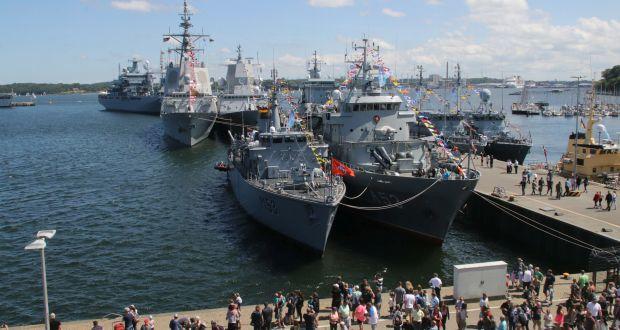 Der Kieler Tirpitzhafen soll noch in diesem Jahr in Oskar-Kusch-Hafen umbenannt werden. Hier besichtigen Besucher der Kieler Woche im Juni 2019 Zerstörer, Fregatten, Korvetten sowie Schnell- und Minensuchboote aus aller Welt. (c) picture alliance/rtn - radio tele nord