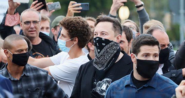 Tesla-Chef Elon Musk Anfang September mit Maske zu Fuß unterwegs im Technologiepark in Tübingen beim der Biopharma-Unternehmen Curevac, umringt von Fans und Medien. (c) picture alliance/ULMER Pressebildagentur/Moritz Liss